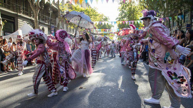 Una de las murgas que participó del Carnaval de la Avenida de Mayo, que convocó a una multitud.