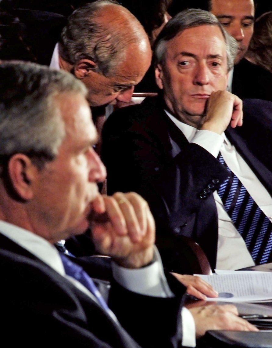 16 de noviembre de 2005. El presidente Nestor Kirchner dialoga con Roberto Lavagna mientras observa a su colega norteamericano George Bush durante el Segundo Plenario de la IV Cumbre de las Americas