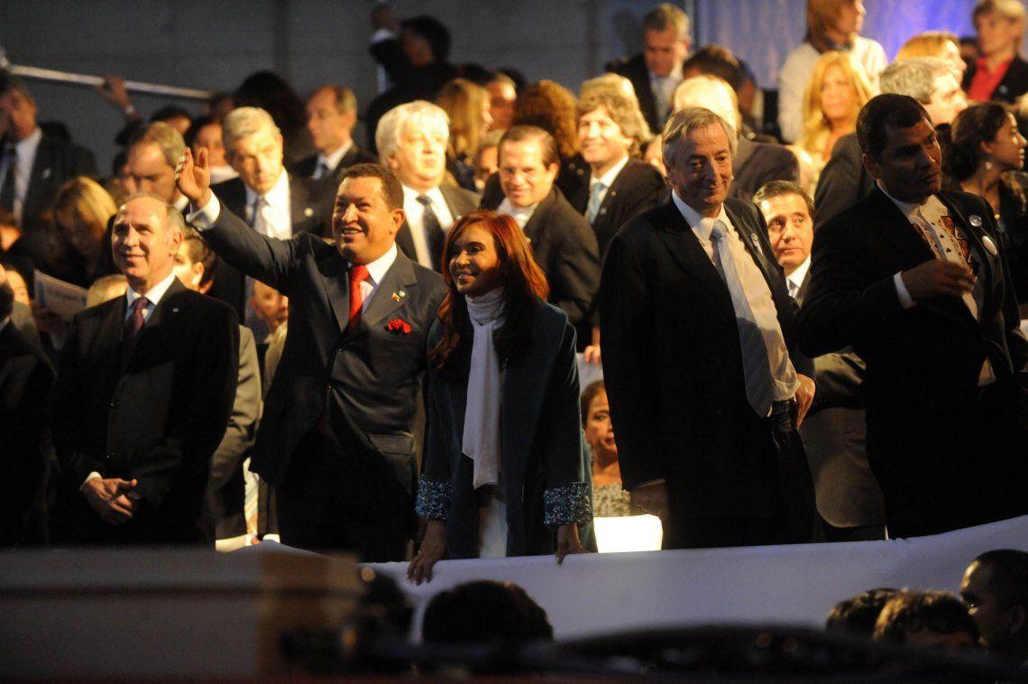 25 de mayo de 2010. Néstor Kirchner junto a la presidenta Cristina Fernández -y los referentes más importantes de la región-