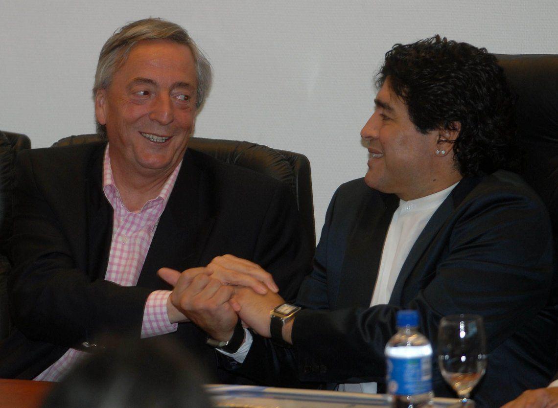 20 de diciembre de 2007. Néstor Kirchner durante el reconocimiento a Diego Maradona como futbolista meritorio y Vecino Ilustre de Ezeiza. Ese mismo día