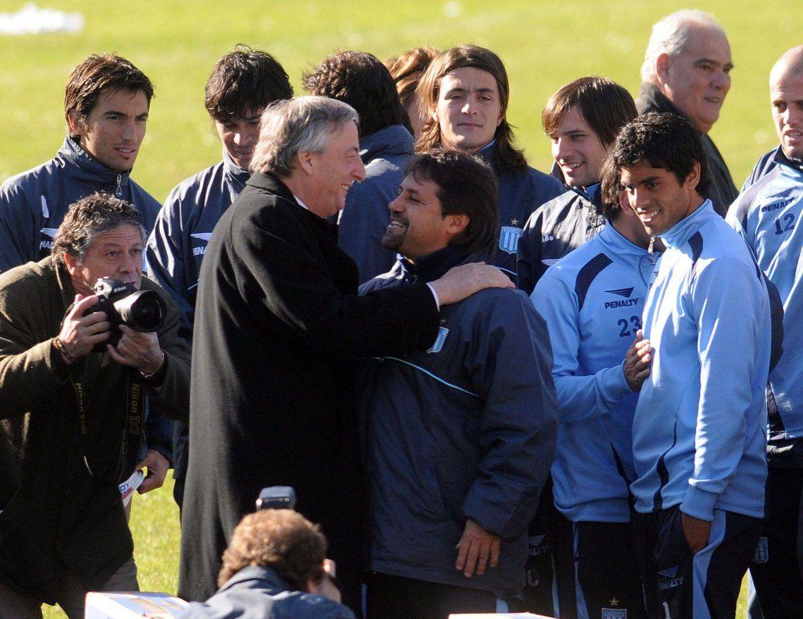 16 de Junio de 2009. Durante su campaña a diputado por la provincia de Buenos Aires. Néstor Kirchner entrega cuatro plasmas al plantel de Racing.
