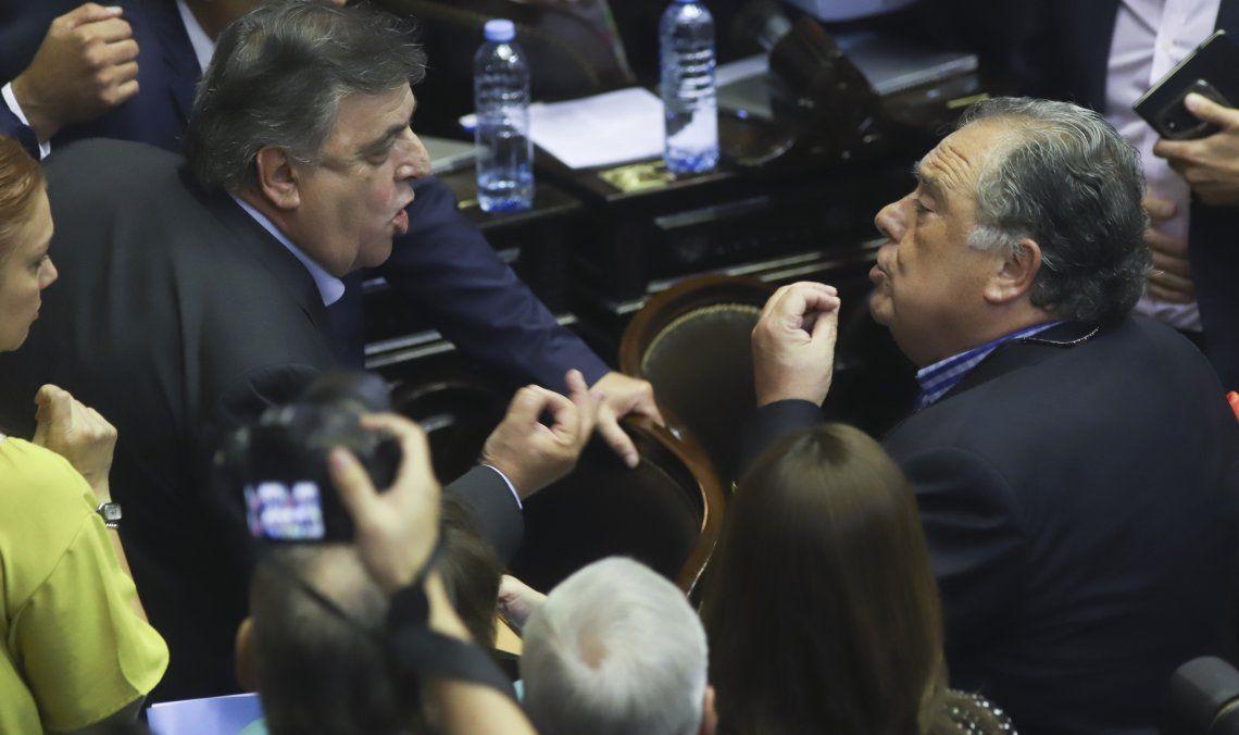 Los diputados Mario Negri y Eduardo Valdéz discuten acaloradamente en la convulsionada sesión de Diputados.