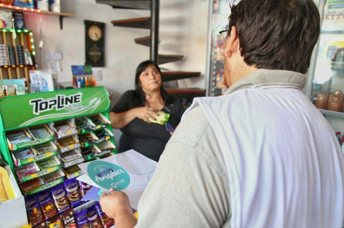 Agentes municipales distribuyeron folletos y calcomanías en distintos comercios.