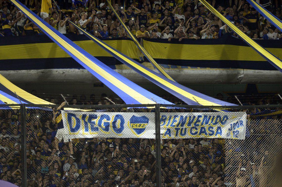 En su regreso a la Bombonera, Diego Maradona recibió el amor de la gente y un pico de Carlitos Tevez