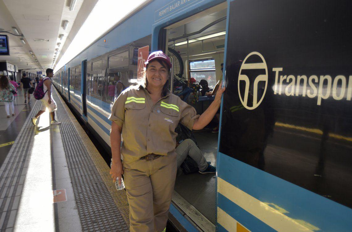 Mónica posa al lado de una formación de tren en la estación Once