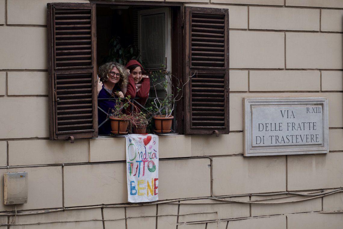 Todo irá bien, el mensaje que cuelga de los balcones de Italia para darse ánimo en medio de la cuarentena por el Coronavirus
