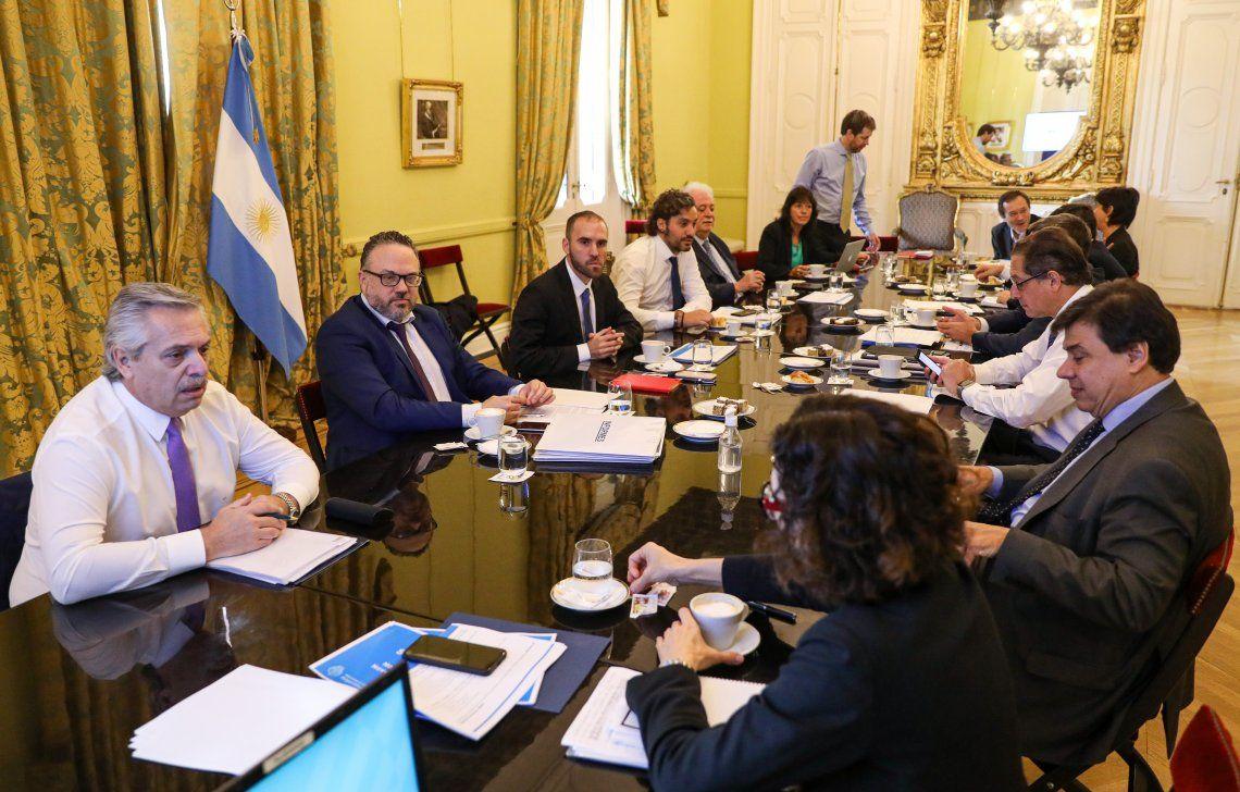 Fernández arrancó el día con una reunión con el gabinete económico y social para analizar el impacto de las medidas.