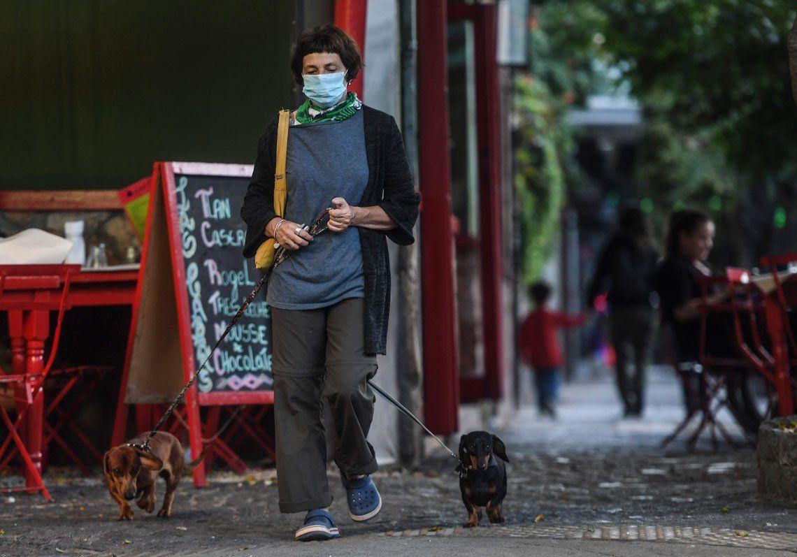 Ciudadanos en el centro porteño hacen uso de barbijos para su prevención