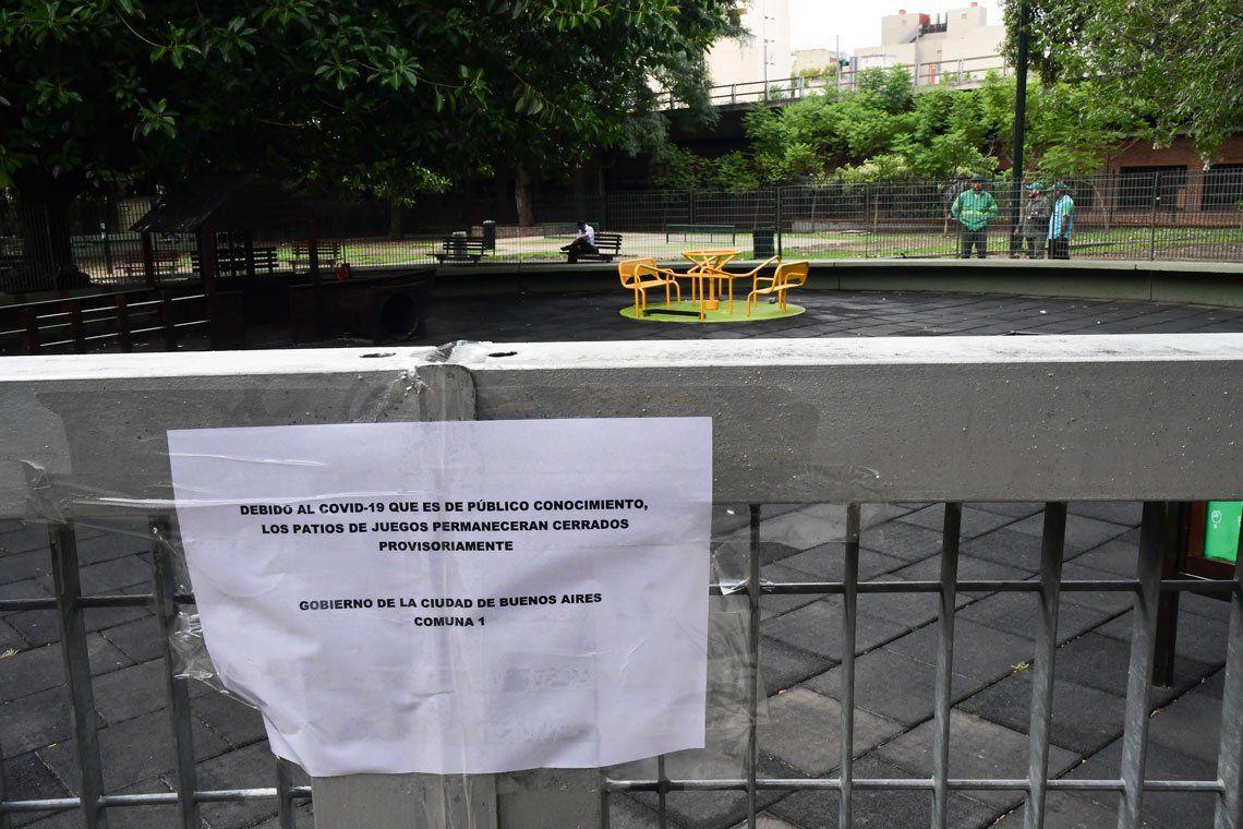 Los sectores de juegos en las plazas se encuentran cerrados