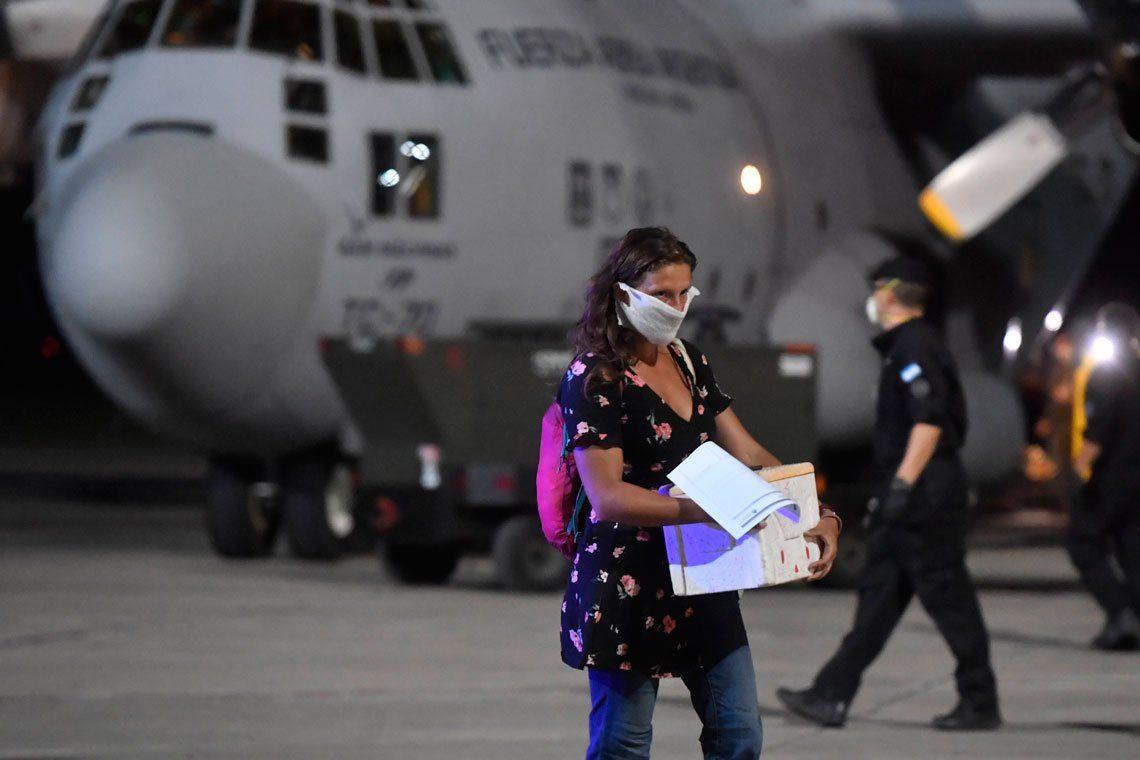 En fotos: llegó a El Palomar el primer Hércules que trae argentinos varados en Perú