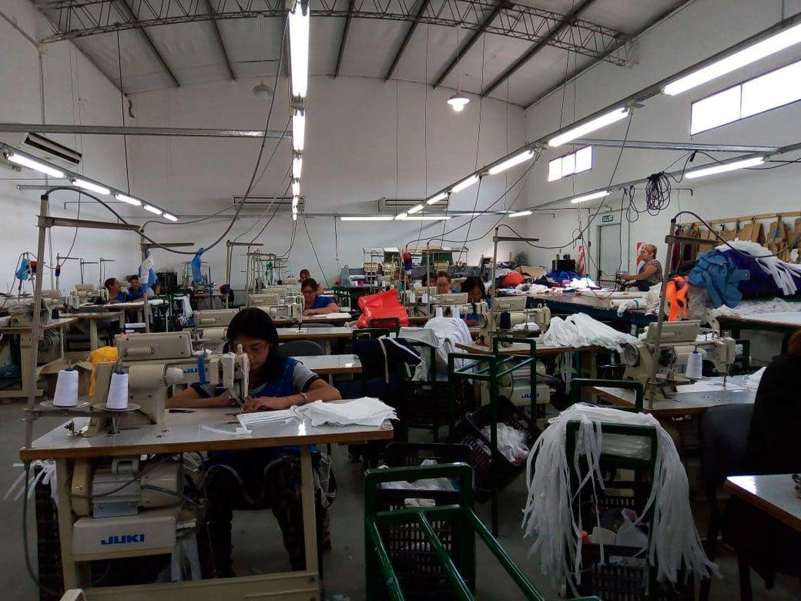 Neuquén: Obreras textiles fabricarán 200.000 barbijos para hospitales