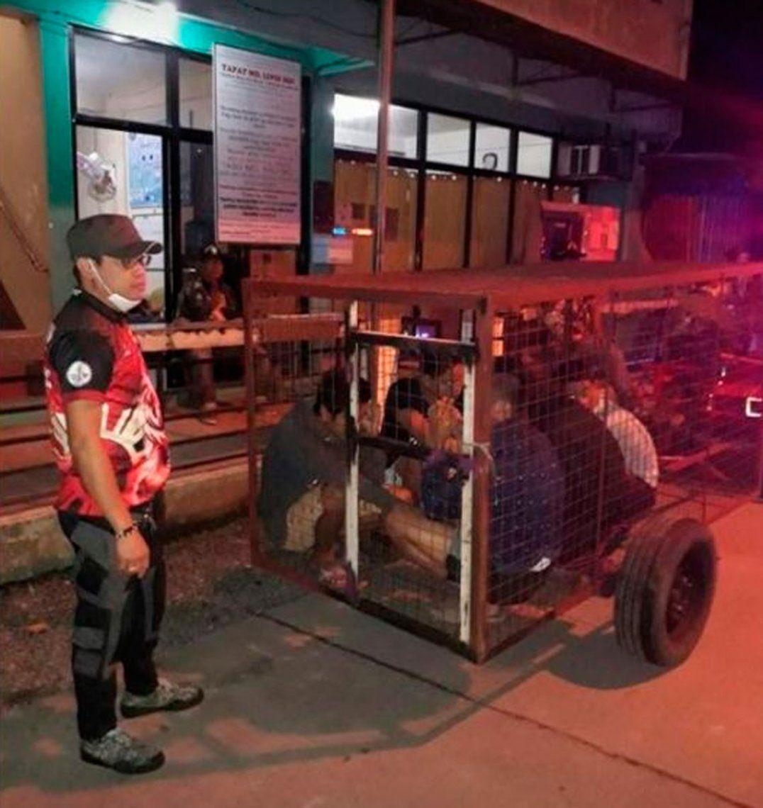 Filipinas: violadores de cuarentena por Coronavirus son encerrados en jaulas para perros