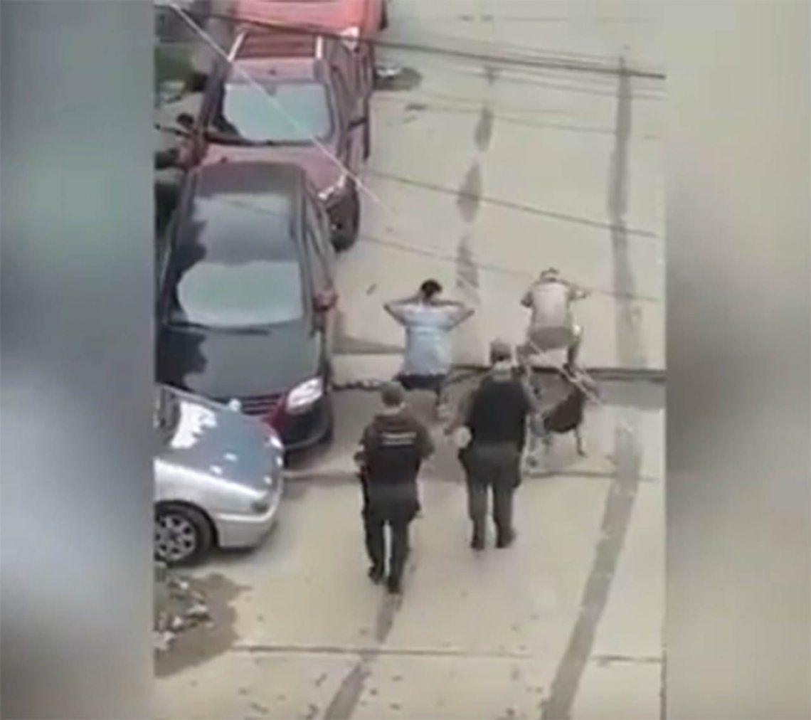 Video | Gendarmes hicieron bailar a jóvenes por violar la cuarentena: fueron separados