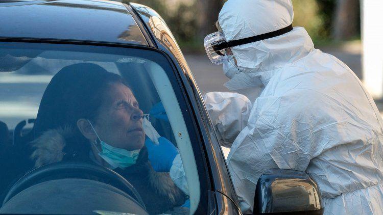 Una conductora es sometida a un test de coronavirus en plena calle y para con su auto en control.