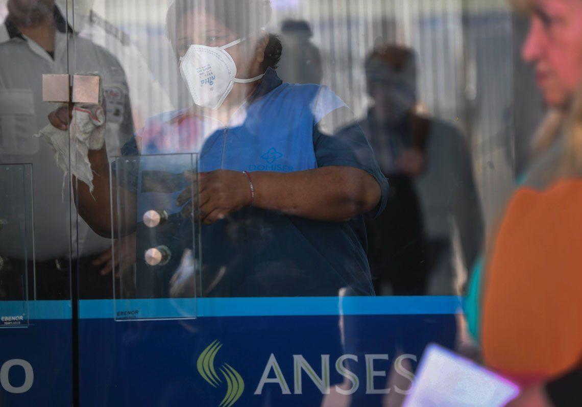 En fotos: largas colas en bancos para el cobro de jubilaciones y ayuda social
