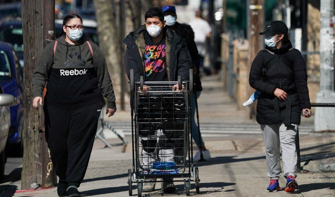 Tres personas caminan por la localidad de Borough en Brooklyn.