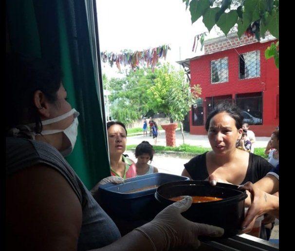Comedor de la Ribera asiste con viandas a los vecinos