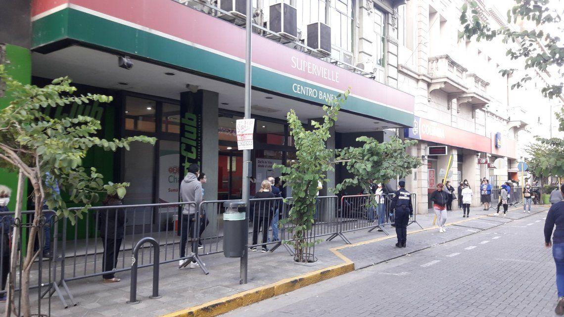 Los bancos abren hoy sus puertas para jubilados que no cobraron en marzo, con DNI en 4 y 5