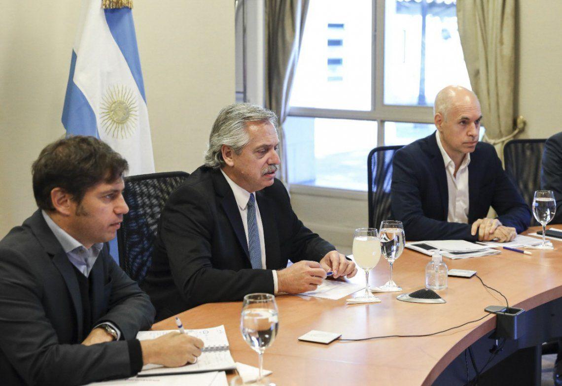 Fernández flanqueado por Axel Kicillof y Rodríguez Larreta durante la teleconferencia con los demás gobernadores.