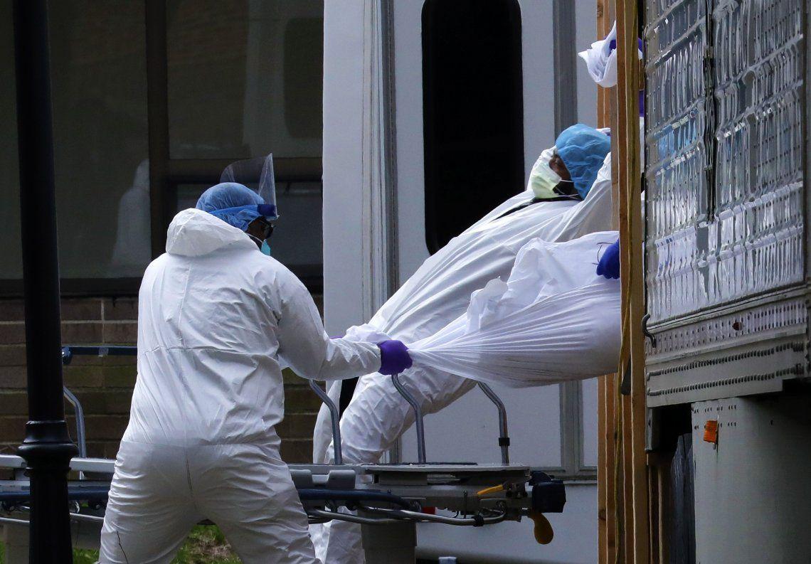 Sanitarios bajan un cadáver de un camión frigorífico en Brooklyn