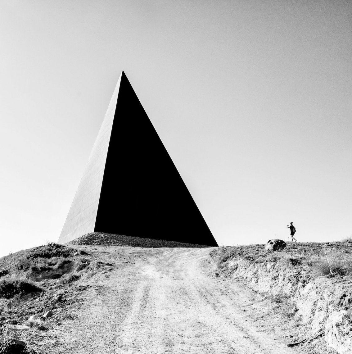 Escultura en forma de pirámide de Mauro Staccioli que se encuentra exactamente en el paralelo 38