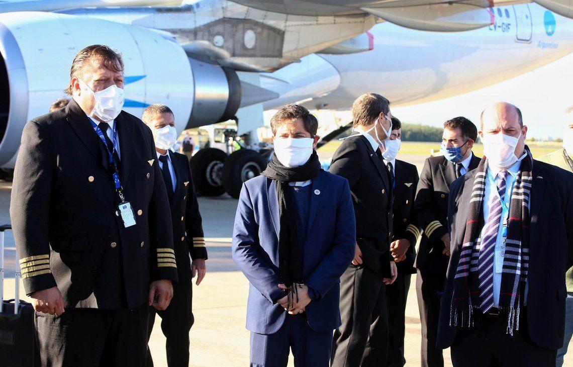 El mandatario provincial presenció en Ezeiza la llegada del primer avión
