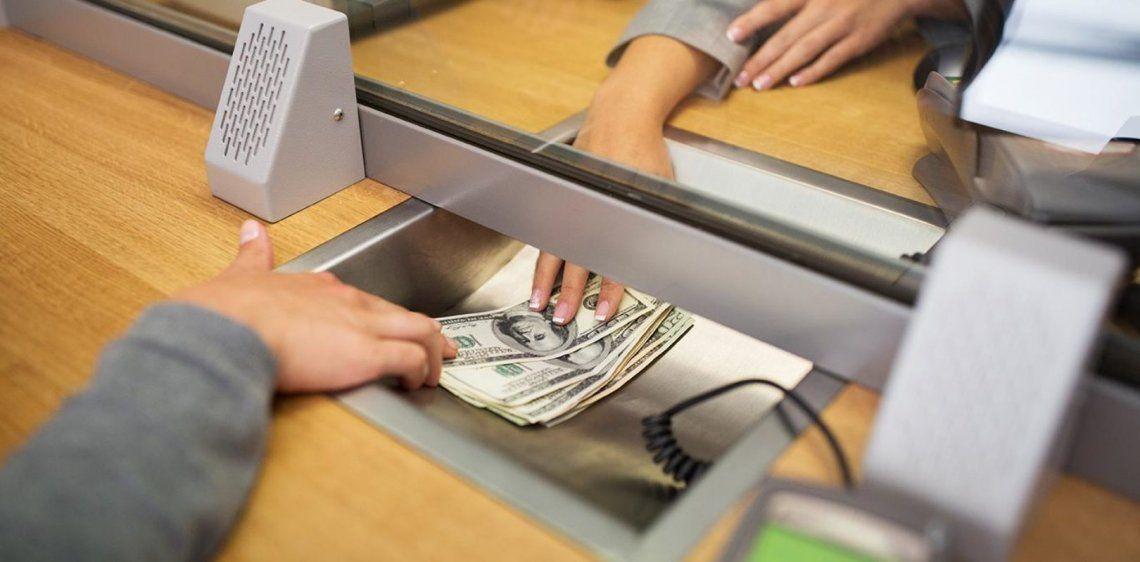 Amplían operaciones que se pueden realizar en los bancos: vuelven los depósitos y retiros en dólares