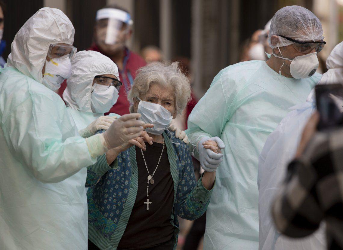 Los médicos ayudan a una mujer que estaba en el Instituto San Lucas.