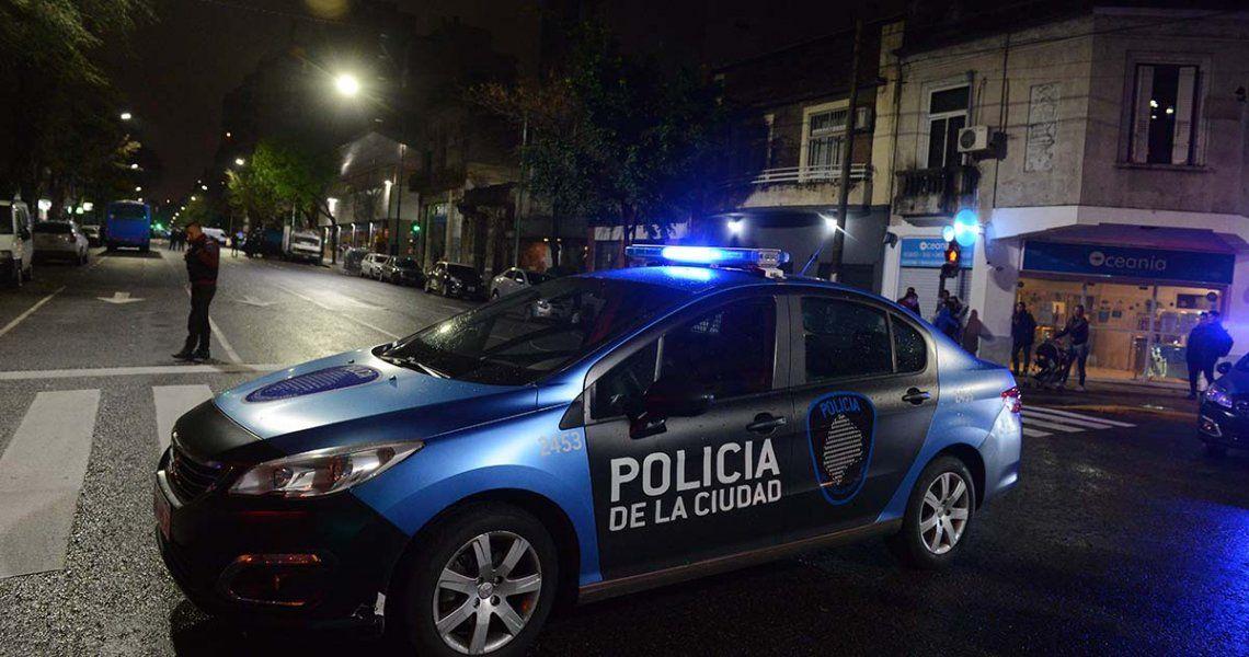 Una Policía de la Ciudad mató a un robaruedas en Flores y quedó detenida