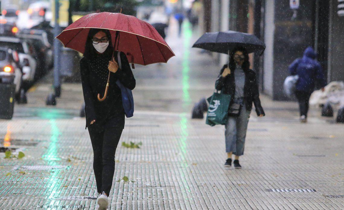 Ellas caminan bajo la lluvia