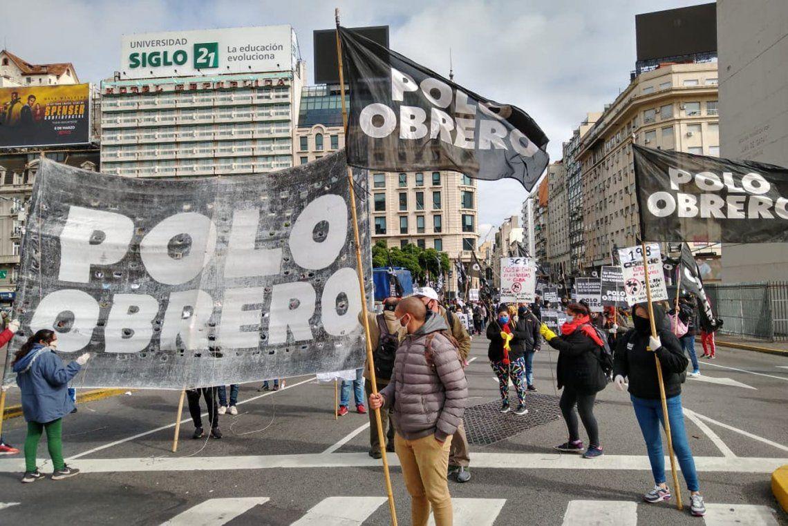 Protesta de piqueteros con distancia social en el centro porteño en reclamo de alimentos