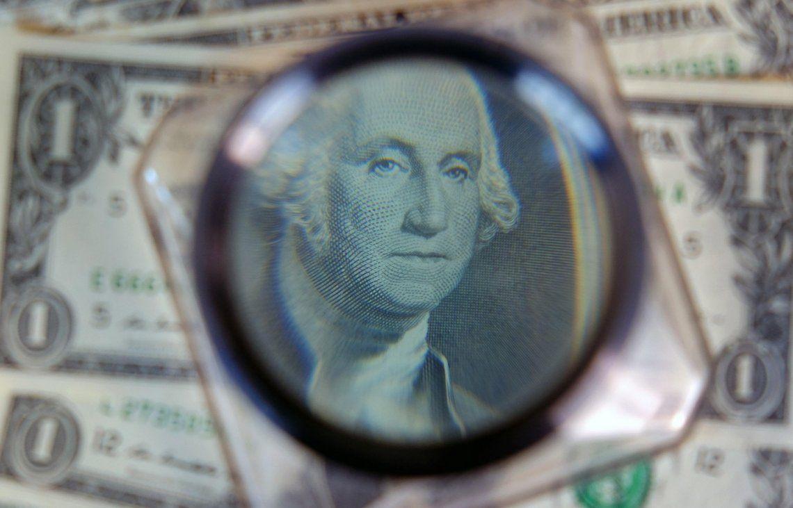 Ya ni con lupa se puede seguir el rumbo alcista del dólar blue en el mercado informal
