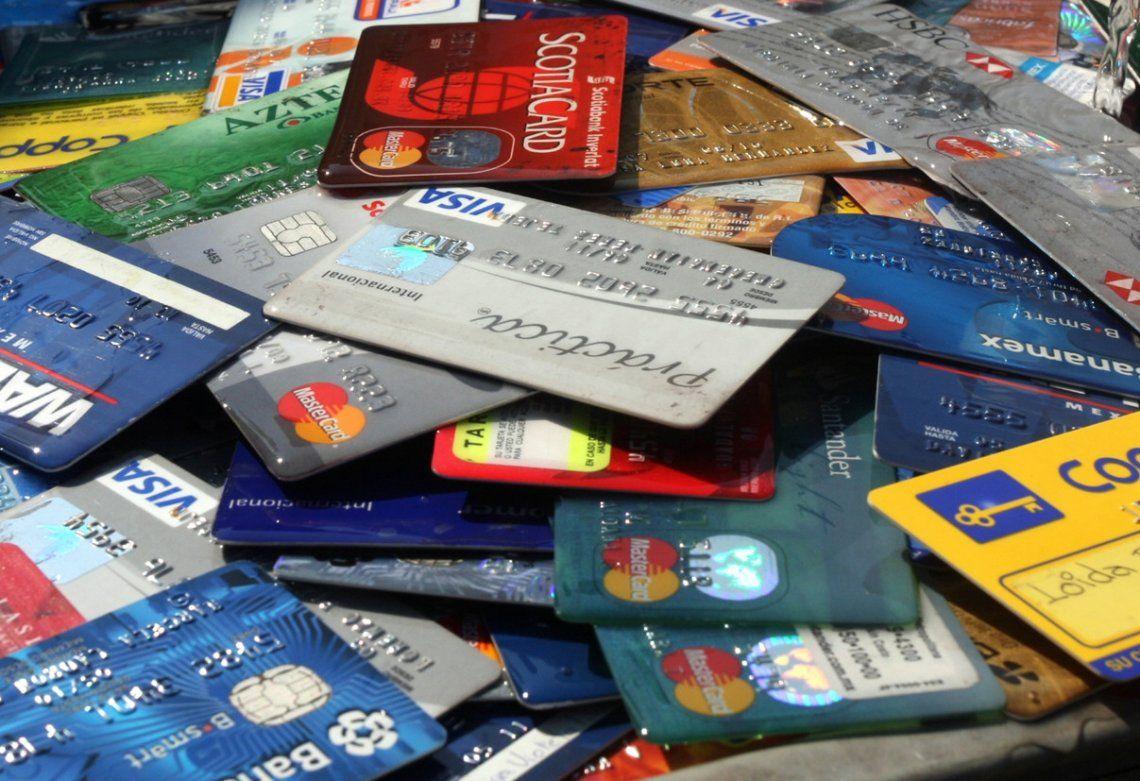 Las tarjetas son lavadas para borrar datos originales y con un programa de software cargan información reales.