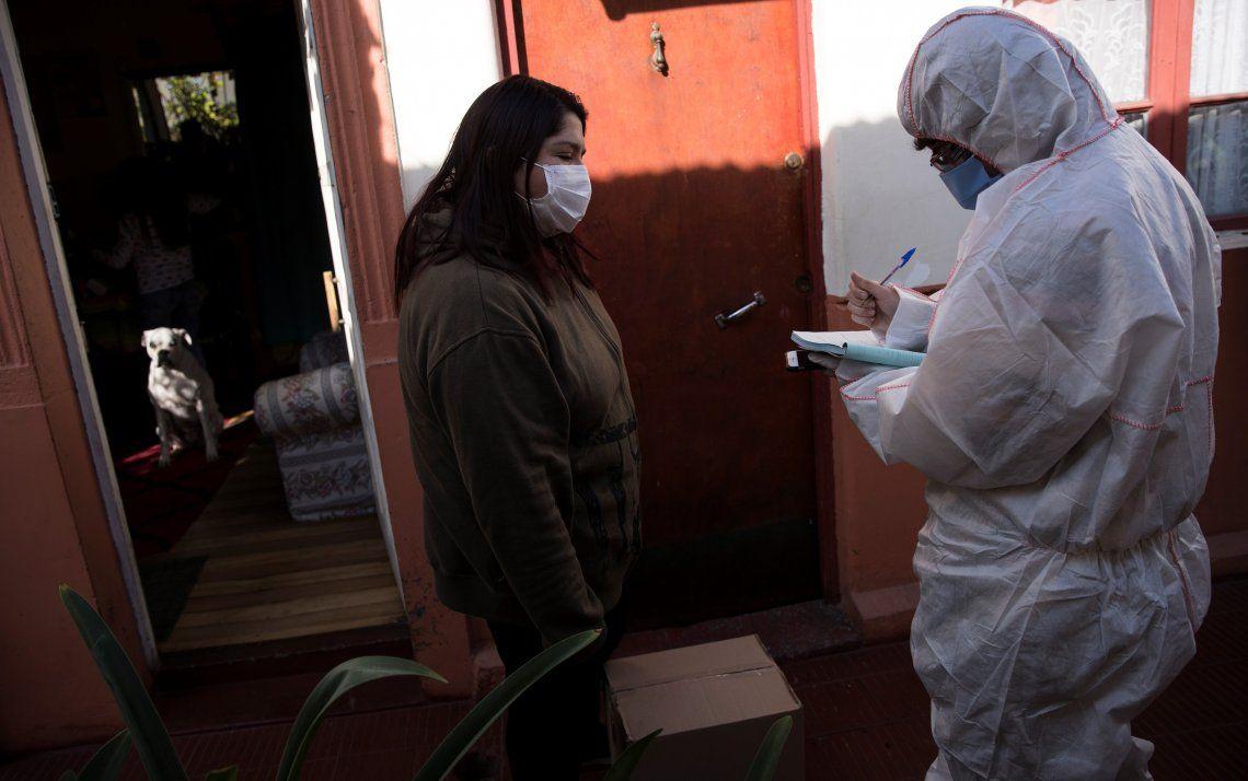 Empleado municipal entrega una caja con alimentos a una vecina