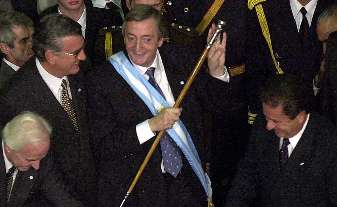 Hace 17 años Néstor Kirchner recibía el bastón presidencial de manos de Eduardo Duhalde.