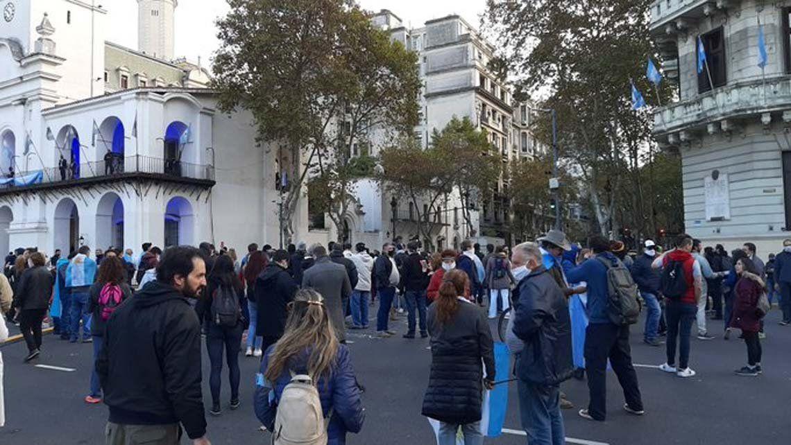 Protesta frente al Cabildo en rechazo a la cuarentena