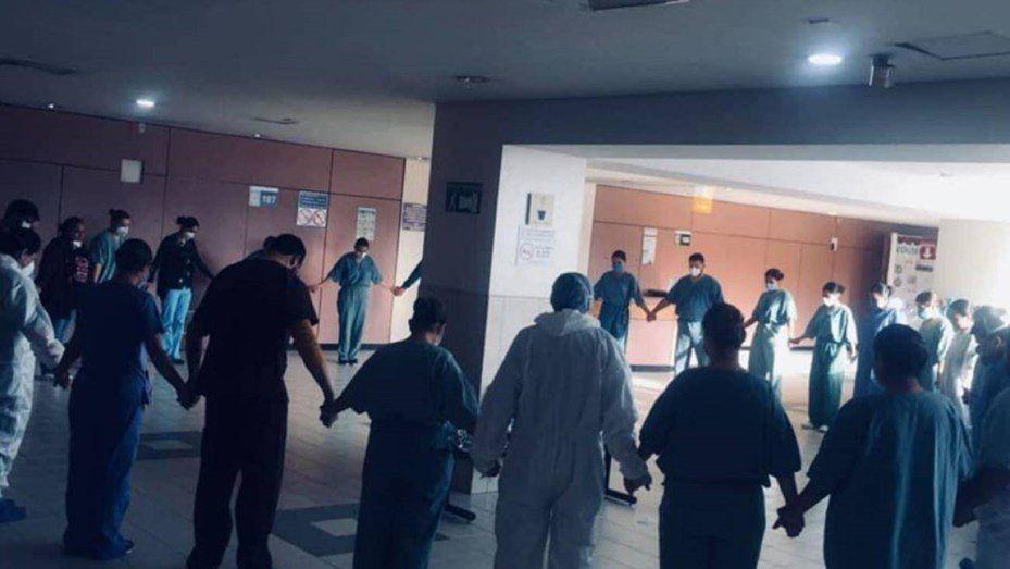 Viral: la conmovedora foto de los enfermeros que rezan