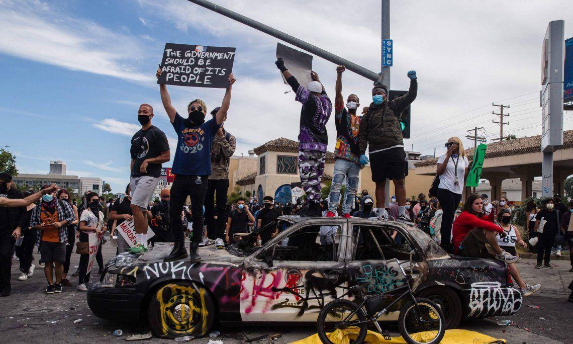 Protestas contra violencia policial ponen en jaque a EEUU: anuncian toques de queda en Los Ángeles, Filadelfia y Atlanta