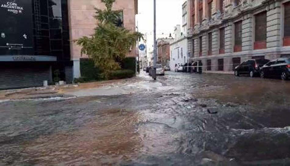 San Telmo quedó bajo el agua por la rotura de una cañería