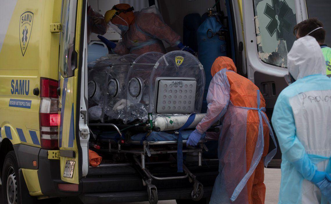 Personal de la Sanidad traslada a un enfermo por coronavirus. La pandemia avanza con todo en Chile.