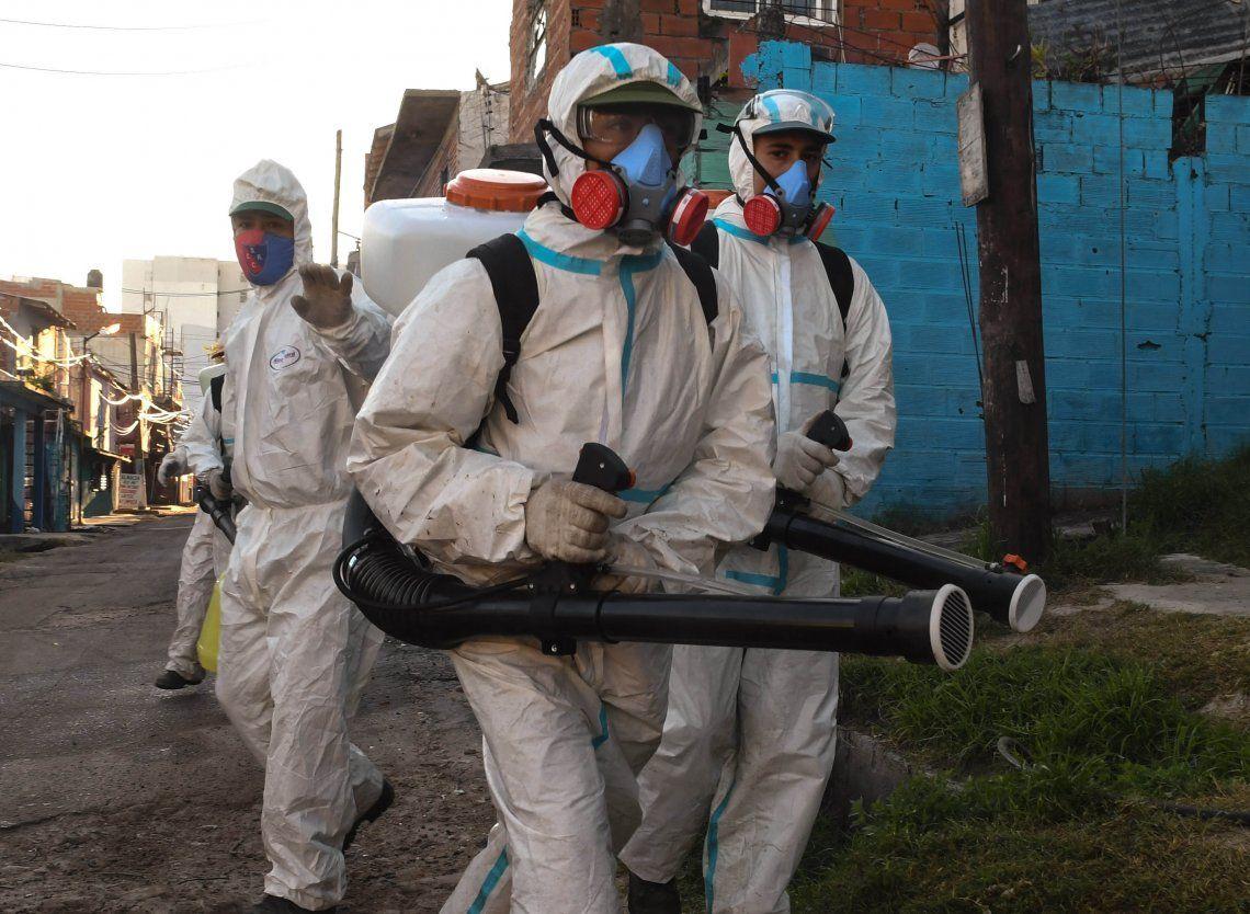 Un operativo de desinfección en la villa Itatí de Quilmes.