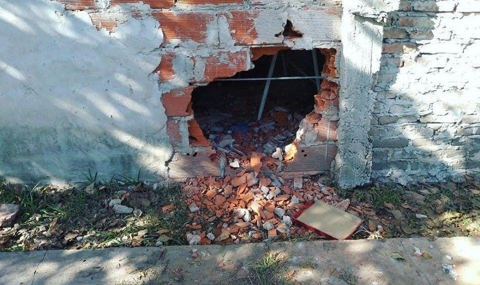En el último hecho rompieron la reja y realizaron un boquete en una pared.