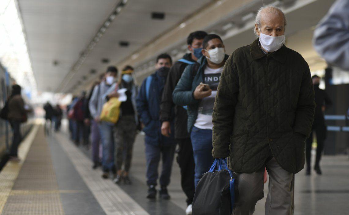 Las largas filas en los andenes derivaron luego en aglomeración de pasajeros en algunas estaciones del Sarmiento.