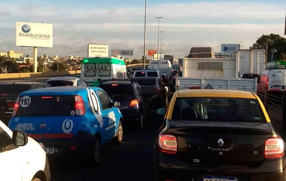 Largas filas de autos y demoras en el primer día de la vuelta del aislamiento estricto