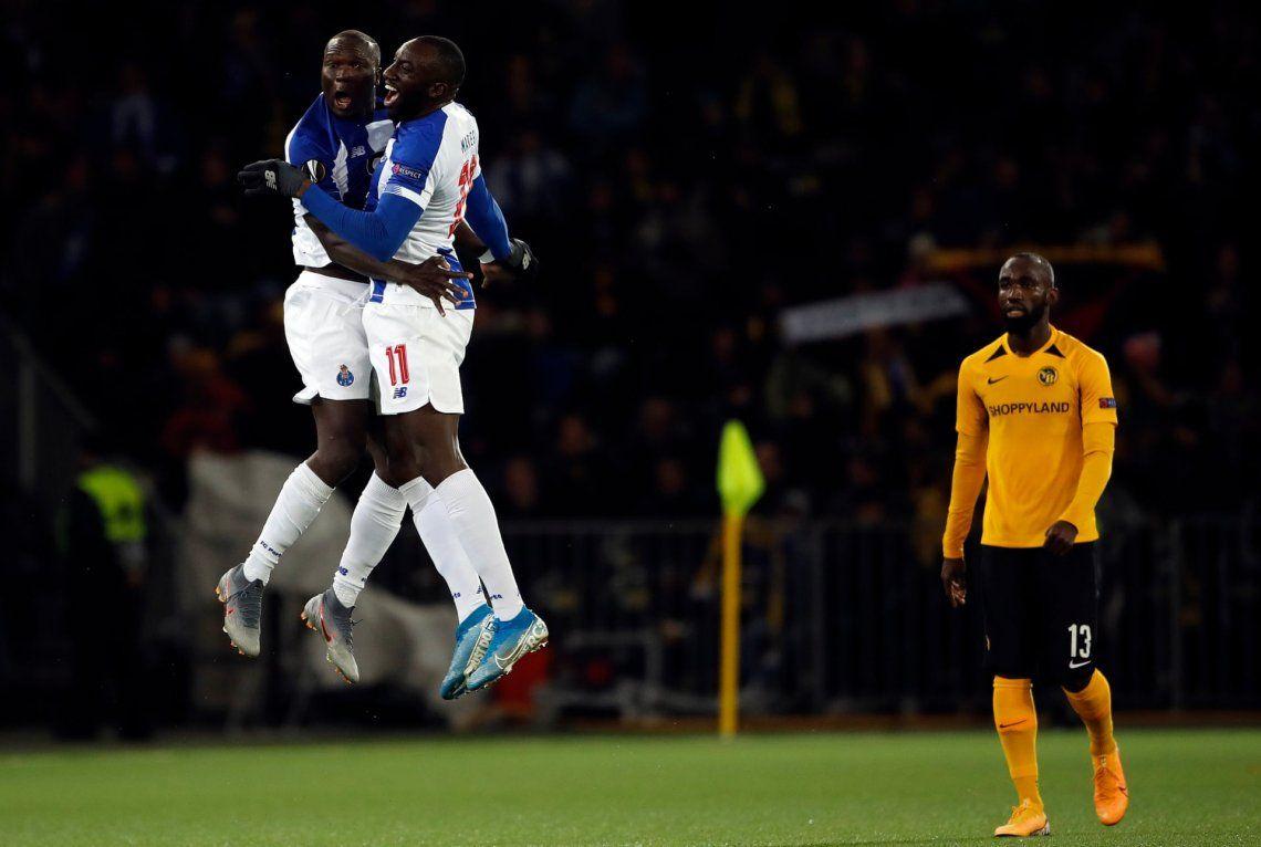 Alegría: bronce. Vincent Aboubakar abraza a su compañero de equipo Moussa Marega (Porto)