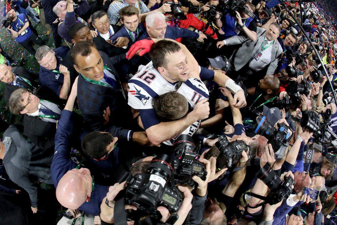 Celebración: bronce.Tom Brady y Julian Edelman celebran la victoria en el Super Bowl LIII en Atlanta