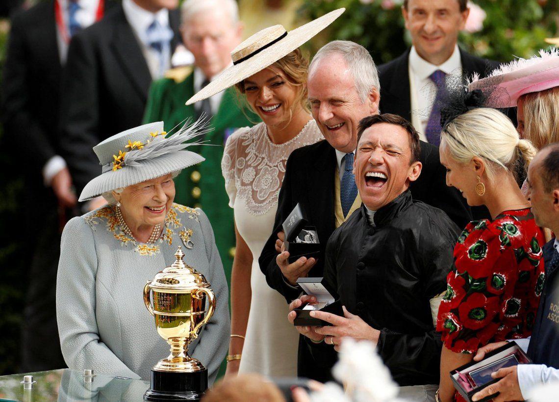 Alegría: plata.Frankie Dettori junto al trofeo en Royal Ascot mientras la Reina Isabel observa