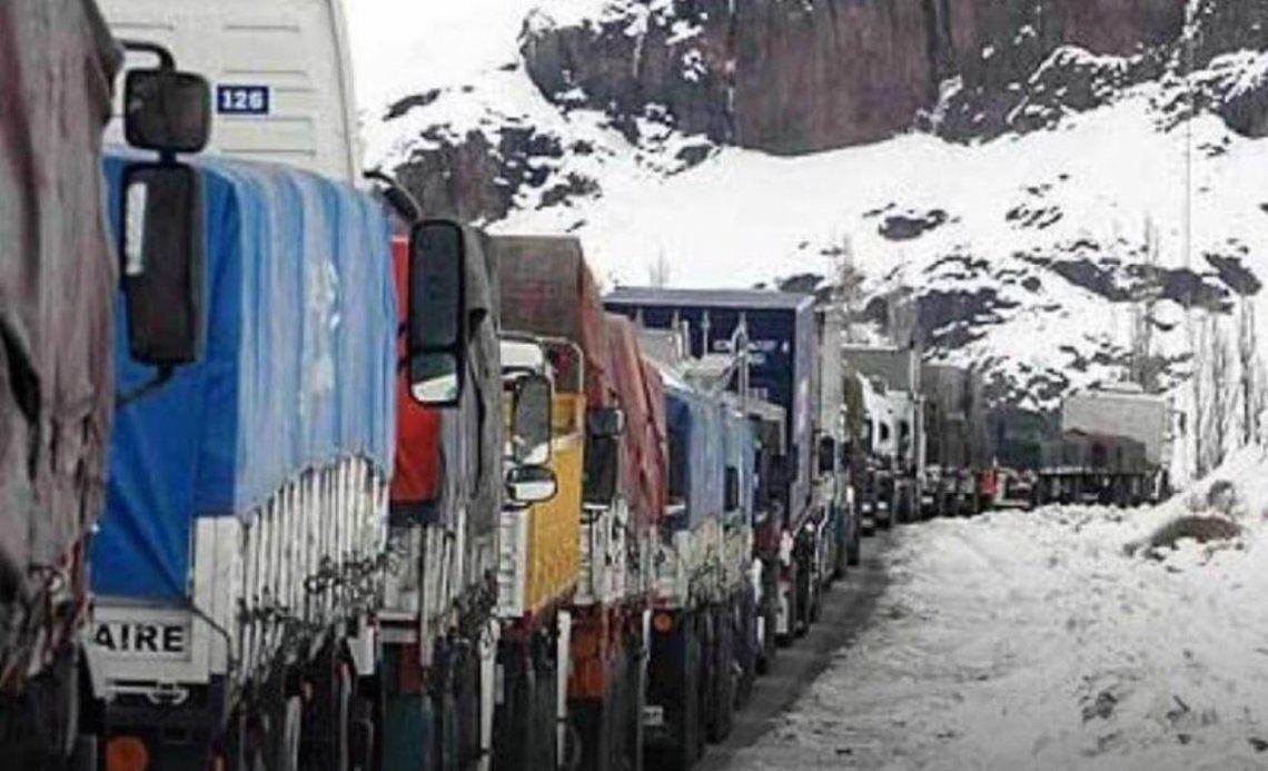 Paso Cristo Redentor: tres mil camiones varados por la falta de coordinación