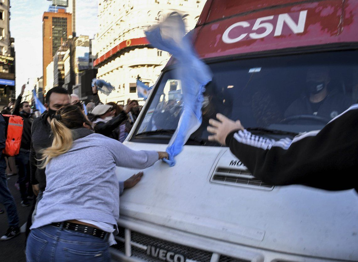 Un grupo de violentos se abalanzó contra la camioneta de C5N.