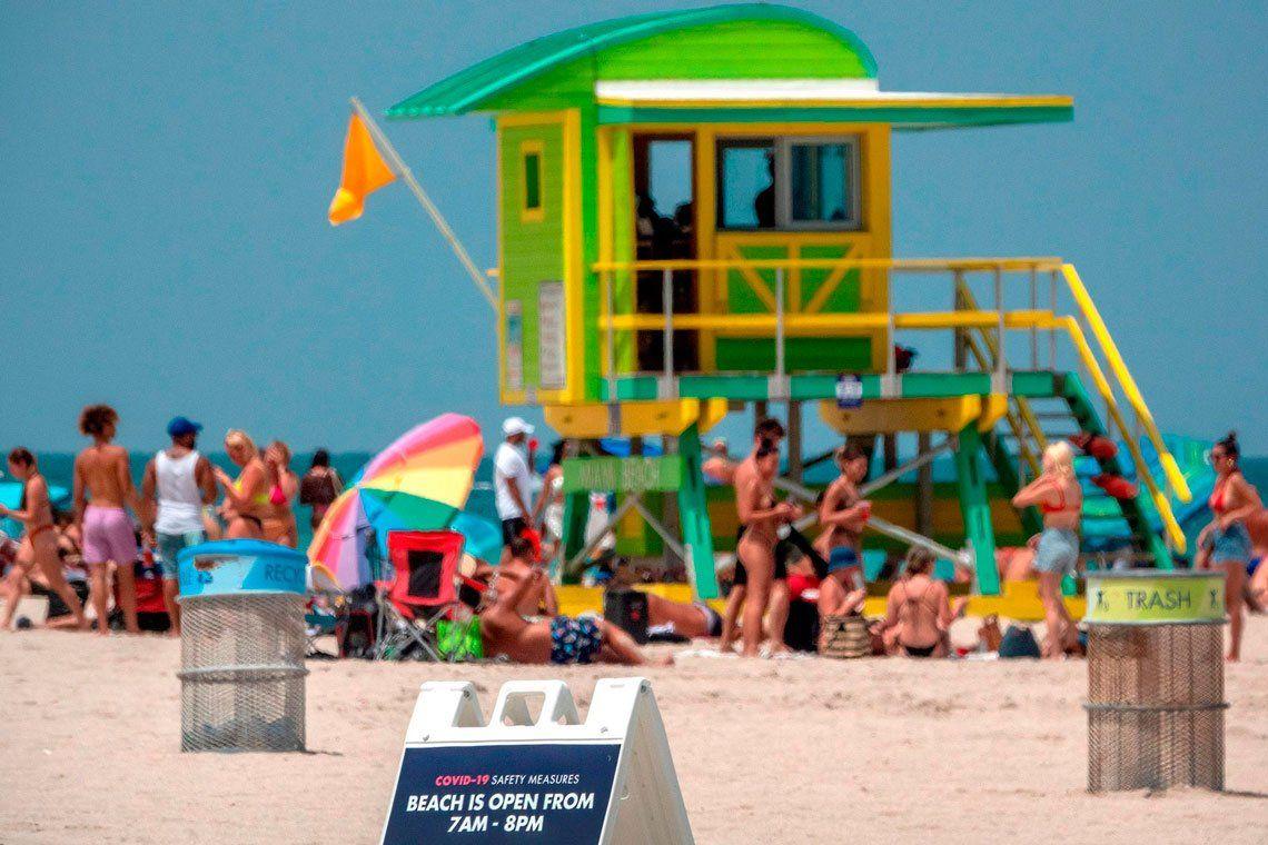 Las playas de Miami repletas pese al récord de contagios de coronavirus y la falta de camas